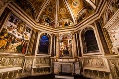 Pinturicchio Madonna und Kind inthronisiert mit Heiligen Santa Maria del Popolo Schöne alte Fenster in Rom (Italien) Stockfotos
