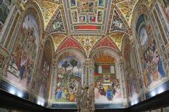 Pinturicchios frescoes i det Piccolomini arkivet av Siena Cathedral arkivfoto