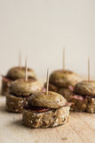 Pintxos Pintxo集合,蘑菇,治疗了火腿和面包在一个土气委员会,食物从巴斯克地区 免版税库存图片