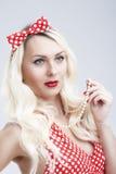 Pinup-Art und Konzepte Sexy sinnliche kaukasische blonde Frau im roten Kleid Lizenzfreie Stockfotos