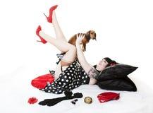 Pinup con il cucciolo fotografie stock libere da diritti