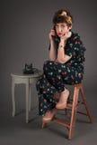 Pinup dziewczyna w Kwitnącym stroju Ultra Zanudzającym na telefonie Zdjęcia Royalty Free