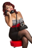 Pinup Frau am Telefon lizenzfreie stockfotografie