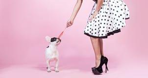 Pinup kobieta z mopsa psem obraz stock