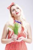 Pinup-Konzepte und Ideen Sinnliche kaukasische blonde Frau im Rot Lizenzfreies Stockbild