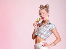 Pinup Mädchen Frau, die Schokoladenportrait isst Stockbilder