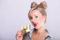Pinup Mädchen Frau, die Schokoladenportrait isst lizenzfreies stockbild