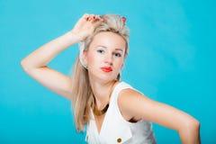 Pinup-Mädchenretrostil Blondine des Porträts schöner stockfotografie