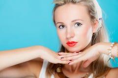 Pinup-Mädchenretrostil Blondine des Porträts schöner auf Blau stockbild