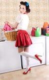 Pinup Schönheit in der Wäscherei Lizenzfreies Stockbild