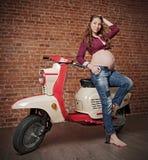 Pinup zwangere vrouw met retro autoped HDR ver royalty-vrije stock fotografie