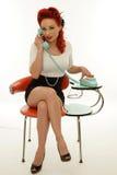 Pinupfrau, die ein Weinlesetelefon hält Lizenzfreie Stockfotos
