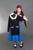 Pinupfrau, die neues Kleid versucht Stockfoto