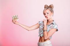 Pinupmädchen Frau, die Schokoladenporträt isst Stockfotos