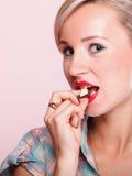 Pinupmädchen Frau, die Schokoladenporträt isst Lizenzfreies Stockbild