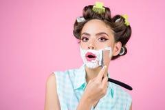 Pinupmädchen mit dem Modehaar Stift herauf Frau mit Make-up Morgen Pflegen und skincare Retro- Frau, die mit Schaum sich rasiert  lizenzfreies stockfoto