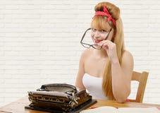 Pinupmädchen mit Schreibmaschine Lizenzfreie Stockbilder