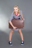 Pinupmädchen, das mit braunem Retro Koffer aufwirft Lizenzfreie Stockfotografie