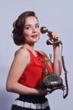 Pinupmeisje die op retro telefoon spreken Royalty-vrije Stock Foto's