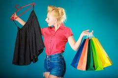 Pinupmeisje het kopen kleren zwarte rok Verkoopkleinhandel stock fotografie
