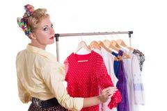 Pinupvrouw die kleding op hanger tonen Royalty-vrije Stock Foto's