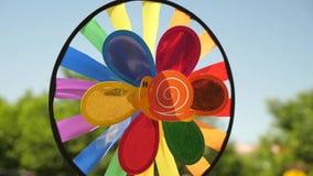 Pinwheel игрушки пестротканый, вращанный ветром против голубого неба покрашенные украшения для партии детей Концепция акции видеоматериалы