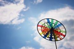 Pinwheel colorido contra el cielo azul imagen de archivo