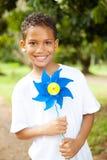 Pinwheel da terra arrendada do menino fotografia de stock