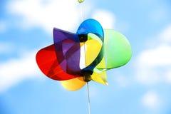 Pinwheel e céu do arco-íris imagens de stock