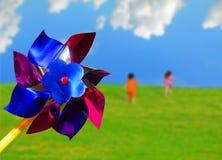Pinwheel und laufende Kinder Lizenzfreie Stockfotos