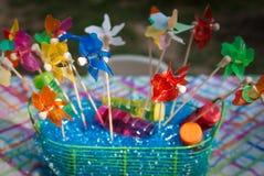 Pinwheels coloridos en una cesta Imagenes de archivo