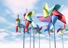 Pinwheels variopinti sulla parte anteriore del cielo blu Immagini Stock Libere da Diritti