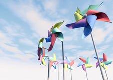 Pinwheels variopinti sulla prospettiva del cielo blu Immagine Stock