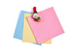 Pinza del muñeco de nieve de la Navidad que sostiene el papel de nota aislado Foto de archivo