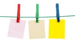 Pinzas con las tarjetas en blanco del mensaje foto de archivo libre de regalías