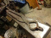 Pinzas de Blacksmithing Foto de archivo