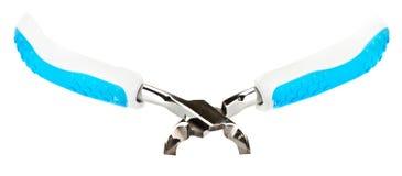 Pinzas de la manicura del metal con las manetas plásticas azules fotos de archivo