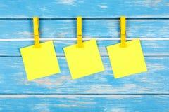 Pinzas en una cuerda con las tarjetas Imagenes de archivo