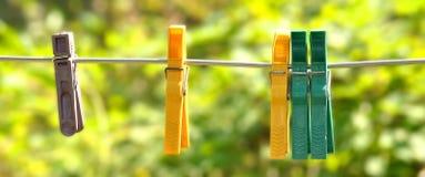 Pinzas en una cuerda en la yarda Imagen de archivo