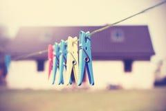 Pinzas filtradas vintage que cuelgan en un cordón Imágenes de archivo libres de regalías
