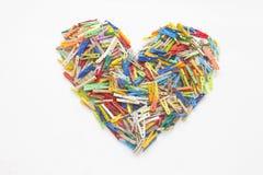 Pinzas multicoloras - en forma de corazón Imagenes de archivo
