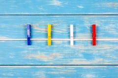 Pinzas que cuelgan en una cuerda Imagen de archivo libre de regalías