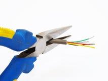 Pinze che tagliano un cavo Fotografie Stock Libere da Diritti