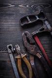 Pinze d'annata arrugginite delle pinze del seghetto a mano per metalli sul constructio del bordo di legno Fotografia Stock Libera da Diritti