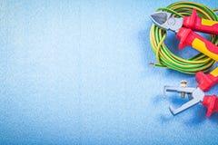 Pinze del cavo elettrico delle pinze degli spellafili su fondo blu e Immagini Stock Libere da Diritti