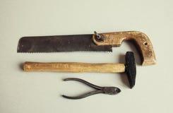Pinze del martello della sega della mano dello strumento del tuttofare Attrezzatura d'annata del lavoro di servizio di carpenteri Fotografie Stock Libere da Diritti