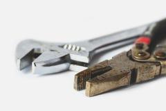 Pinze e chiave su un fondo bianco Fotografie Stock Libere da Diritti