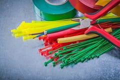 Pinze elettriche dei cavi delle fascette ferma-cavo di plastica dei nastri di isolamento Immagine Stock Libera da Diritti