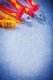 Pinze elettriche delle pinze del tester su backgroun metallico graffiato Fotografie Stock