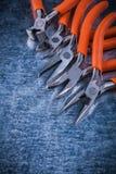 Pinze elettriche isolate delle pinze del metallo su superficie metallica graffiata Fotografia Stock Libera da Diritti